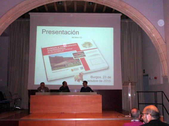 Monasterio de San Agustín. Los ponentes Francisco Martínez y Joaquín García, redactores del libro, y Roberto Lozano, presidente de F. Oxígeno
